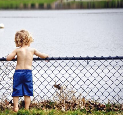 rodzi się coraz mniej dzieci - spada liczba ludności